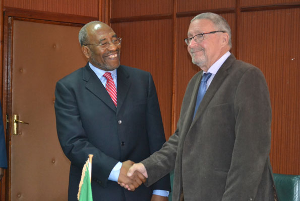 Uganda's Prime Minister Ruhakana Rugunda(L) with Acting Zambian President Guy Scott (R) at the Cabinet Office, Lusaka